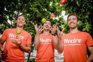 Hectre people juggling apples